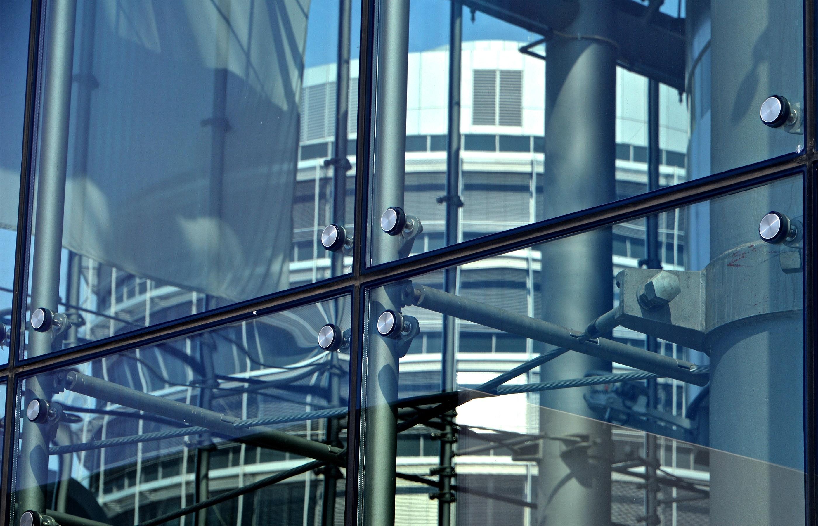 Facciata puntuale con vetro e ragnetti di sostegno Morbegno Sondrio Valtellina Lombardia Italia